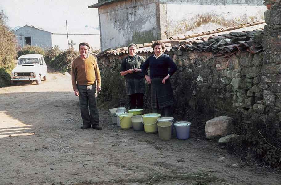 Entrega do leite en cubos. Carballo (A Coruña), 1981_2
