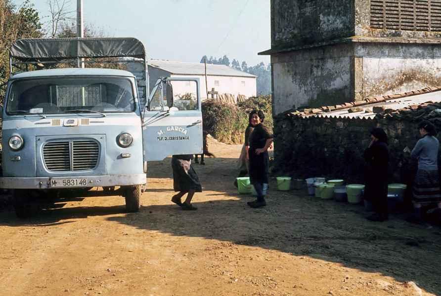 Entrega do leite en cubos. Carballo (A Coruña), 1981